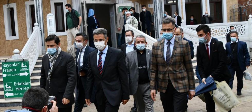 Berlin Büyükelçisi Aydın, polis tarafından baskın yapılan Mevlana Camii'ni ziyaret etti