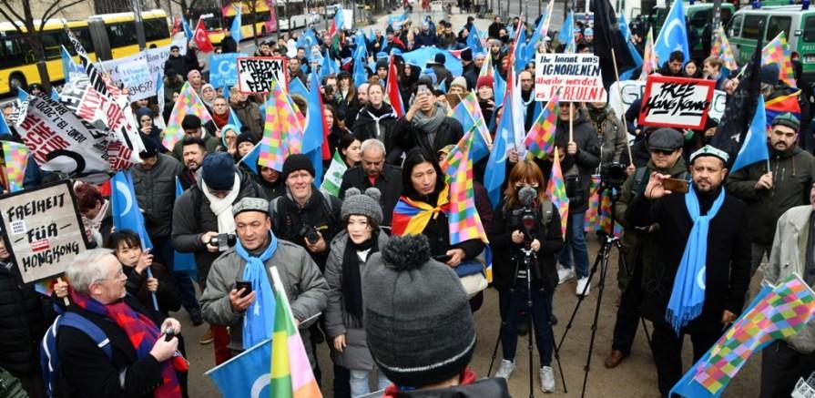 Berlin'de, Baskı Altındaki Halklar Çin'e Karşı Birleşti